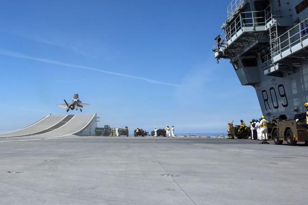 プリンス・オブ・ウェールズから発艦するF-35B(Image:Crown Copyright)