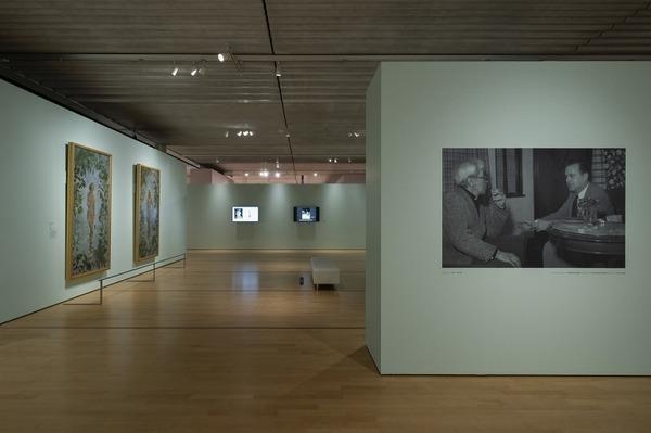 右:シャーマン(右)と談笑するフジタ(左) (ポーラ美術館提供)(C)Ken KATO