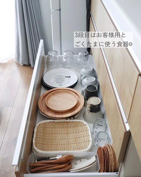 来客や使用頻度の低い食器類は一番下に