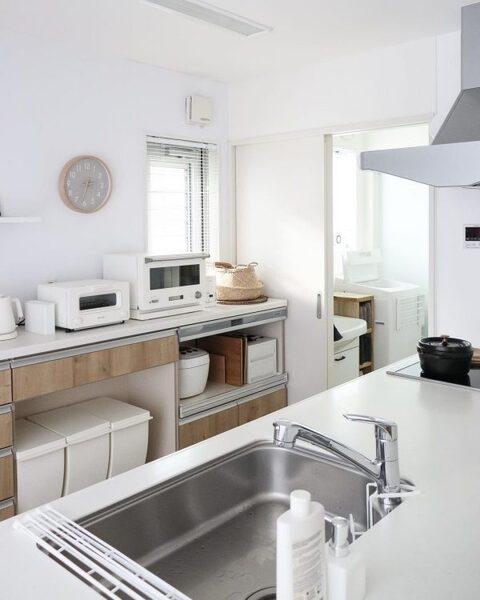 キッチンインテリアに馴染む白いゴミ箱