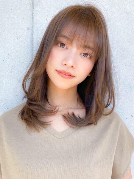 前髪ありの韓国美女風ミディアムレイヤーカット