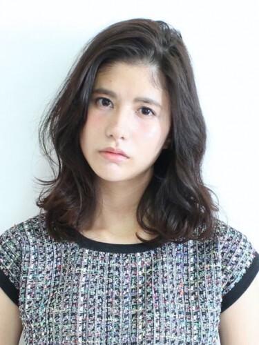 韓国女優のような前髪なしの黒髪ミディアム