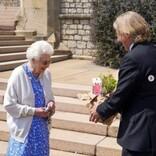 エリザベス女王、フィリップ王配の100回目の誕生日を記念したバラの苗木を受け取る
