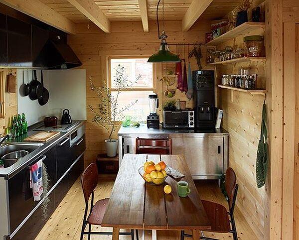 キッチンの窓際にオリーブをおしゃれに飾る