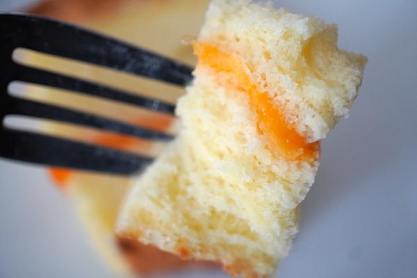 フォークに刺した温めたチーズ