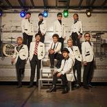 スカパラ 舞台『muro式.がくげいかい』のキャストが集結する、「めでたしソング feat.ムロツヨシ」のMVをプレミア公開