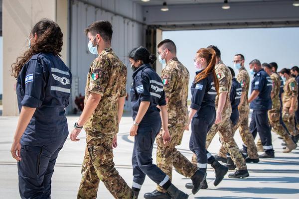 FODチェックをするイタリア空軍とイスラエル空軍の兵士(Image:イスラエル空軍)