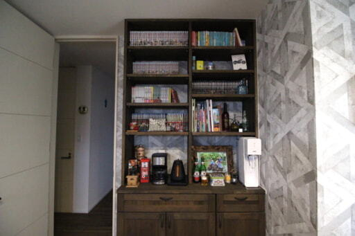 散らかりやすい雑多な小物の定位置にもなっている本棚