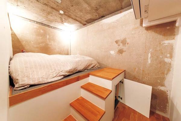 寝室は小上がりで収納を確保