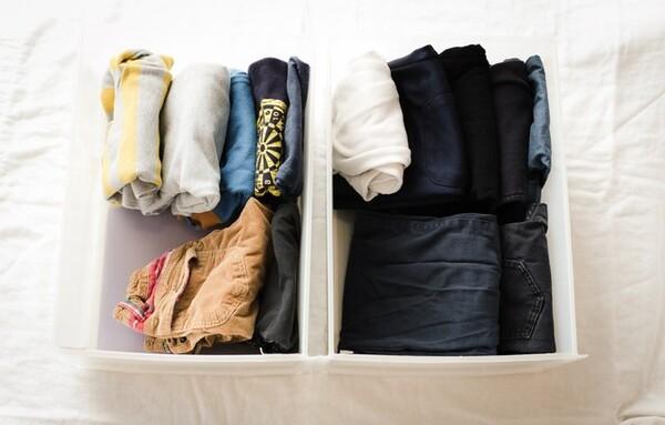 子どもの服について「お下がり服を大量にもらってしまう」「次の子にも使えるかなと溜まっていく」「思い出が詰まっていて手放せない」というご相談をいただきました。ミニマリストが「溜めない」アイデアをご紹介します。