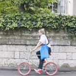洋服とのカラーリングもいっしょに楽しむ。ヘアスタイリストが乗りこなす、赤とミント色のコントラストが映える1台 みんなの自転車