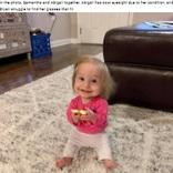 体重約3キロ、新生児の服を着る小人症の2歳児「小さくても笑顔が素敵」(米)
