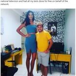 """身長2メートル""""巨人症""""の女性 いじめ受け退学も最高の伴侶と幸せな日々(ブラジル)"""