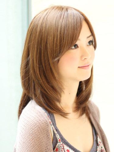 きれいめでシンプルな明るめブラウンの髪型