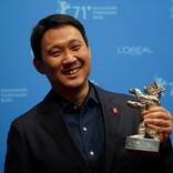 濱口竜介監督「ありがとう、ベルリン!」 ベルリン銀熊賞トロフィーを手に感謝