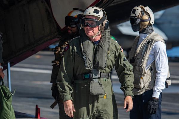 空母ロナルド・レーガンに降り立った太平洋艦隊司令官パパロ大将(Image:U.S.Navy)