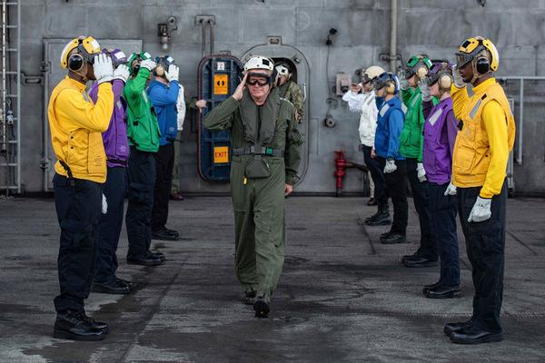 空母ロナルド・レーガンを後にするパパロ大将(Image:U.S.Navy)