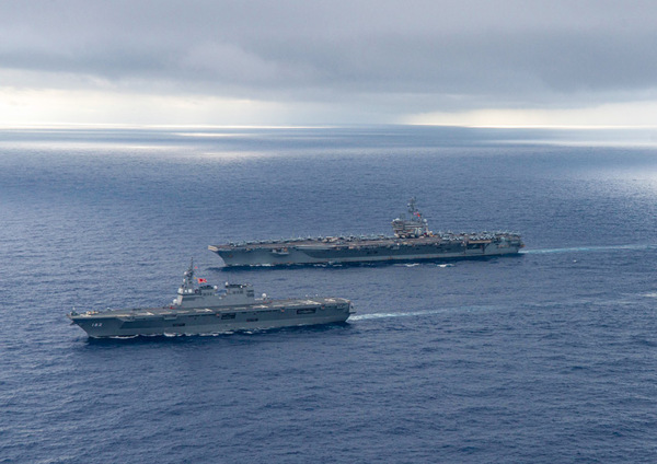 護衛艦いせと航行する空母ロナルド・レーガン(Image:U.S.Navy)