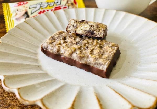 """ブラックサンダーにソフトクリームとチョコレートの定番デザート""""サンデー""""を組み合わせた商品"""