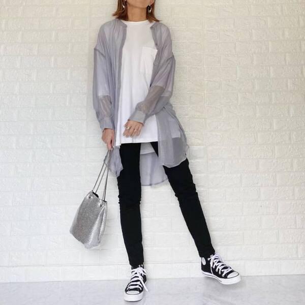 GUのルーズフィットTに黒スキニーとグレーシアーシャツを着ている女性の写真
