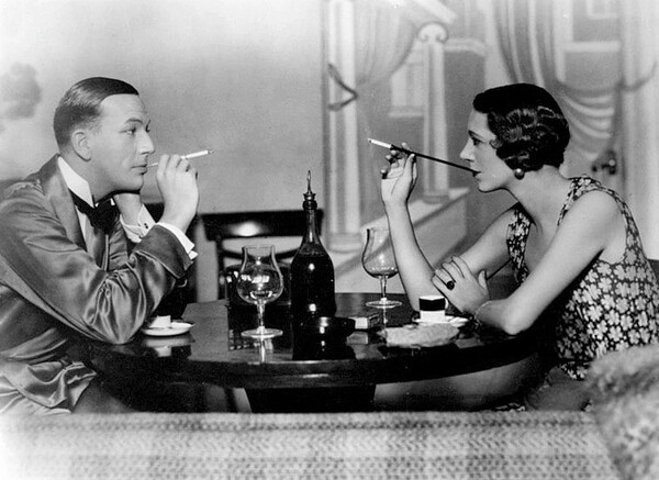 『私生活』ブロードウェイ初演(1931年)のノエル・カワード(左)とローレンス