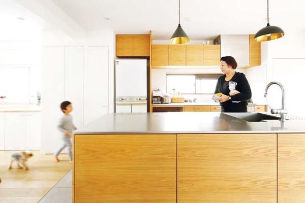 玄関を入ると正面に見える、家具職人によるキッチン