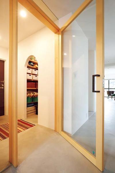 玄関と居室を仕切るガラス入りの建具