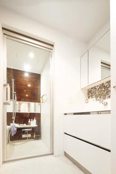 白で統一した清潔感あふれる洗面室
