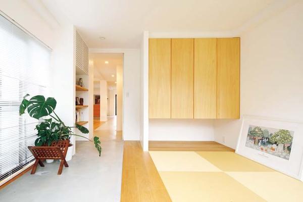 モルタル仕上げの「通り土間」が室内まで続いている和室
