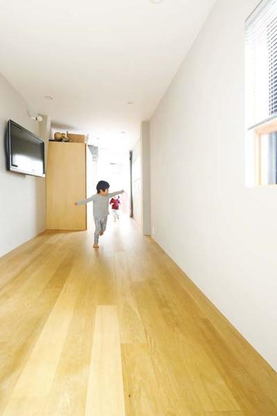 可動式の家具で緩く間仕切りしているリビング兼ファミリールーム