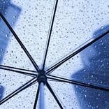 雨天時の「ビニール傘」はフォーマルに不適切? レインブーツはアリ? 雨の日の葬式マナー