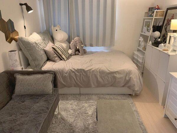 フェミニンなグレーコーデの寝室インテリア