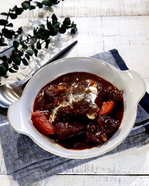 牛肉、ビーフシチュー、生クリーム、煮込み。