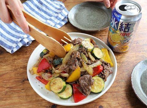 牛肉、パプリカ、ズッキーニ、玉ねぎ、炒め物。
