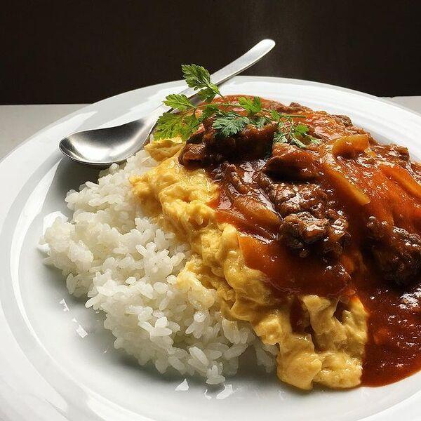 オムハヤシ、牛肉、卵、ご飯、セルフィーユ。