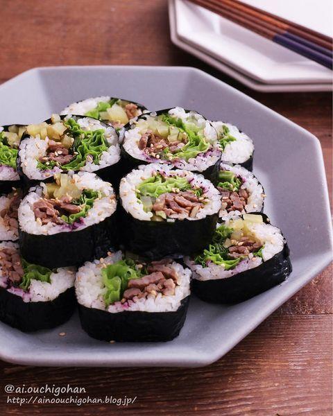 キンパ、韓国料理、太巻き寿司、レタス、牛肉、ごま、海苔。