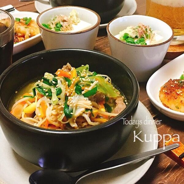 クッパ、牛肉、韓国料理、ご飯、もやし、にら、人参、ごま。