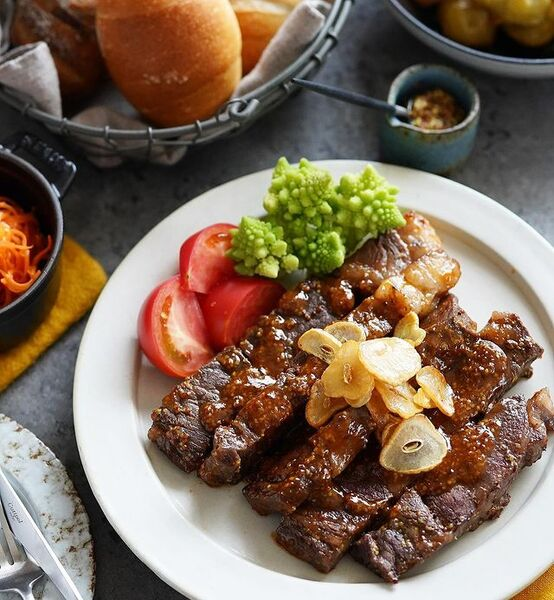ステーキ、牛肉、トマト、ロマネスコ、ニンニク、ガーリックチップ。
