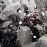 漁港に約1トンのゴミ不法投棄で住民が怒り 捨てたゴミ放火の疑いも浮上