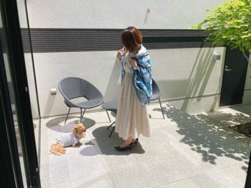 ワンピースを着て犬と遊ぶFujinaoさん