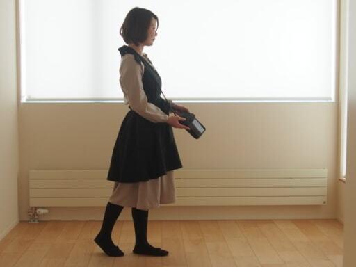 ワンピースを着て作業するFujinaoさん