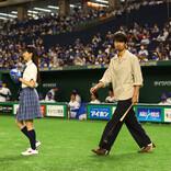 関水渚、人生初の始球式に「足がガクガク」仲村トオルが力強いスイング