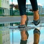 スマホで雨雲レーダーを… 傘がないのに急に雨が降ってきたときの対処法