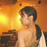石川恋、美しい背中を魅せたキャミソールワンピ姿に反響