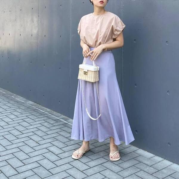 GUのリブイージーフレアスカートにベージュトップスを着ている女性の写真