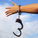手錠でつながりギネス認定のバカップルが別離 「自由がほしい」にツッコミの嵐