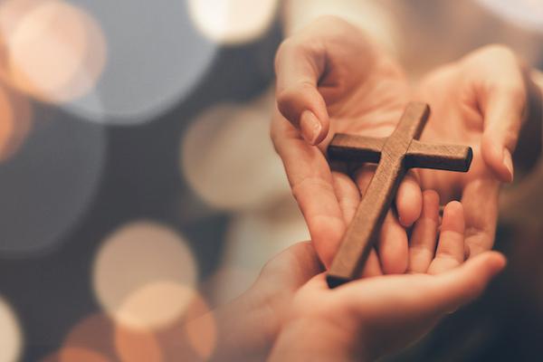 十字架を渡す