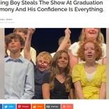 小学校の卒業式で歌に合わせ、1人だけ踊る男児に会場は大爆笑(米)<動画あり>