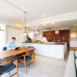 料理も仕事も快適に。デザインと実用性を兼ねた大型キッチンのある家