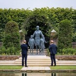 ウィリアム王子とヘンリー王子、ダイアナ妃像の除幕式に揃って出席 共同声明で亡き母を偲ぶ